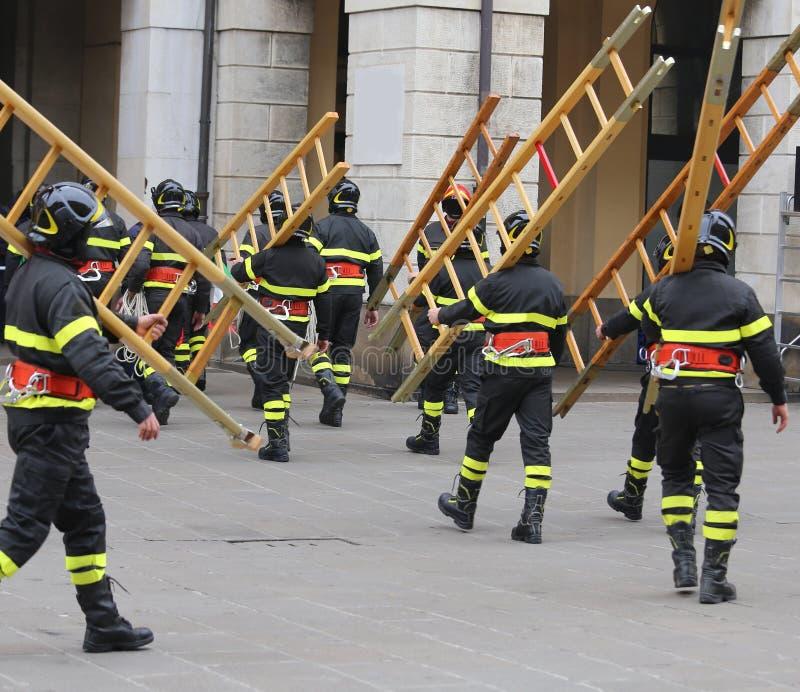 Viele Feuerwehrmänner während der Übung im Marktplatz stockfotografie
