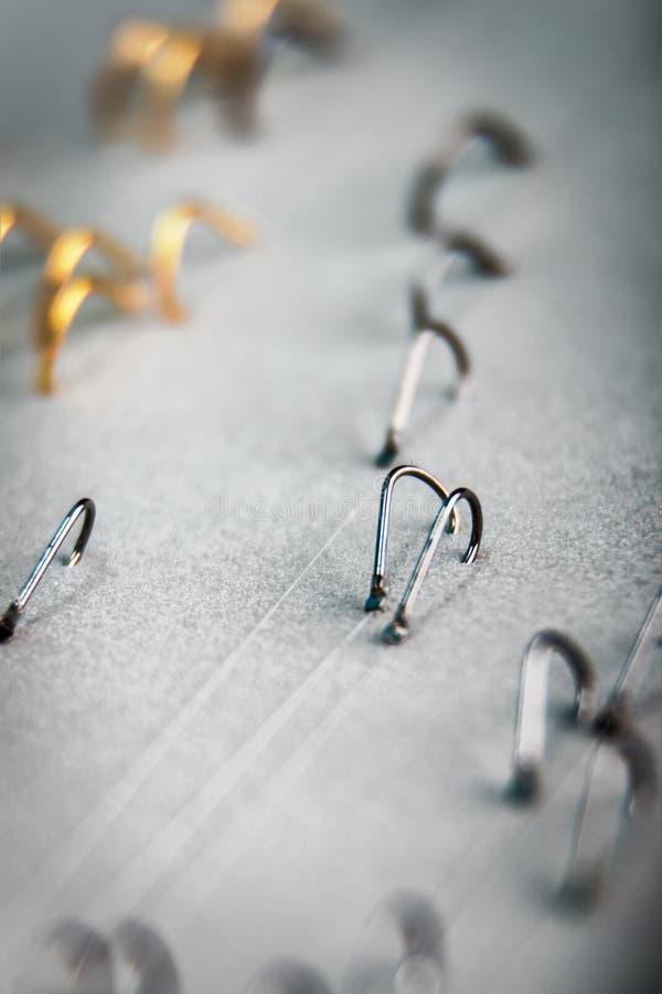 Viele Fischereihaken auf einer Angelschnur stockfotos