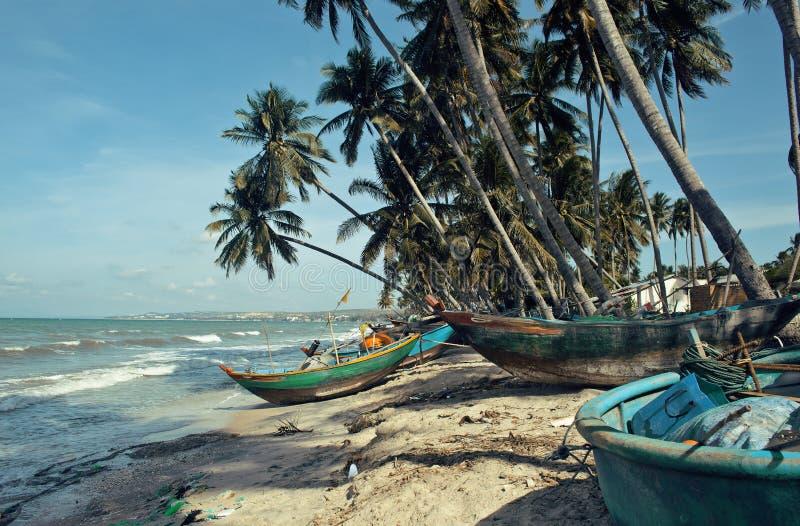 Viele fishermens Boote in Seeküstensonnenaufgang horisont Meer stockfotos