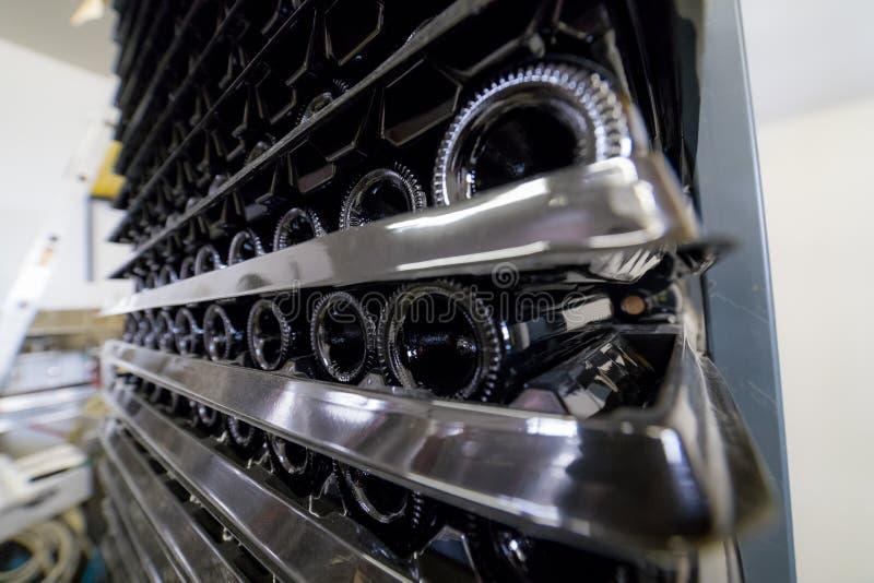 Viele Flaschen Wein sind auf den Regalen auf einander - die Weitwinkel Seitenansicht stockfotografie