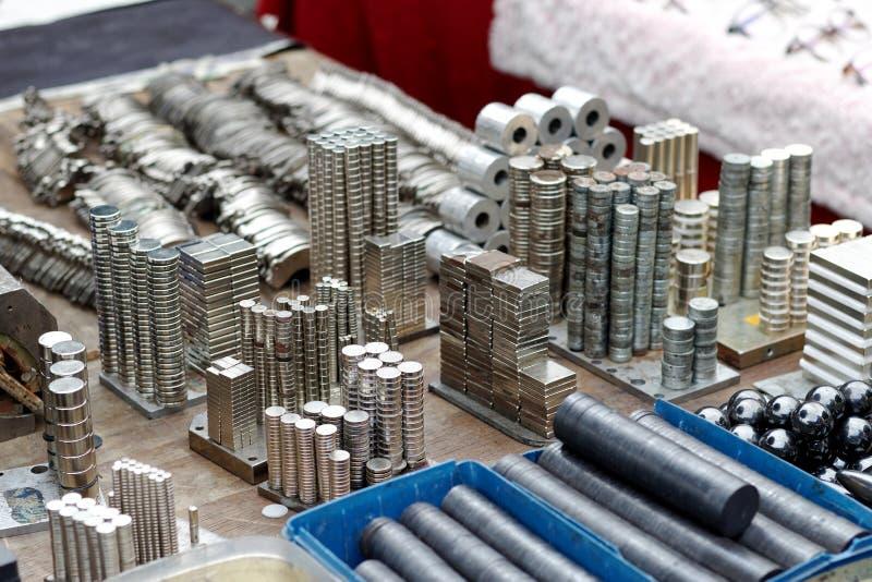 Viele Formen von Magnet verkaufen auf dem Markt lizenzfreie stockbilder