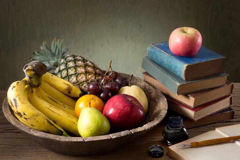 Viele Früchte im alten hölzernen Behälter lizenzfreie stockfotos
