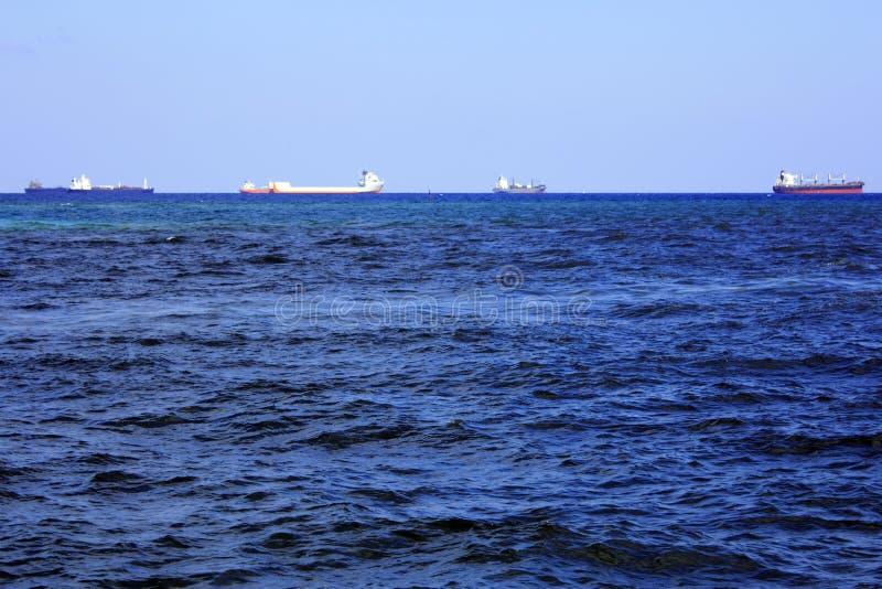 Viele Frachtschiffe auf dem Atlantik stockbild