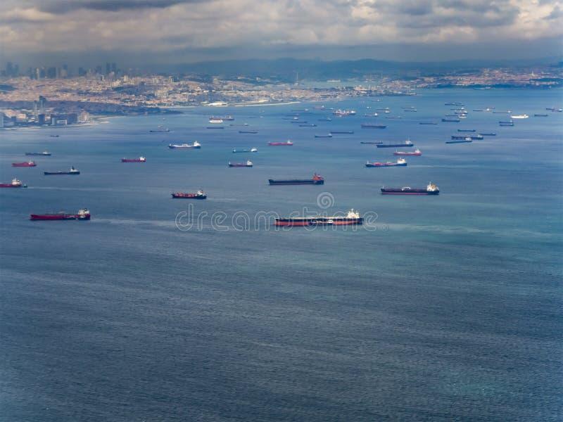 Viele Frachtschiffe, die auf das Meer warten lizenzfreies stockbild