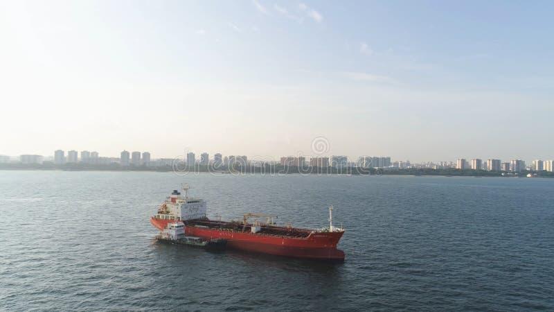 Viele Frachtschiffe, die in das Meer im sonnigen Wetter auf Hintergrund des blauen Himmels segeln schuß Lastkähne, die in die Was stockfotos