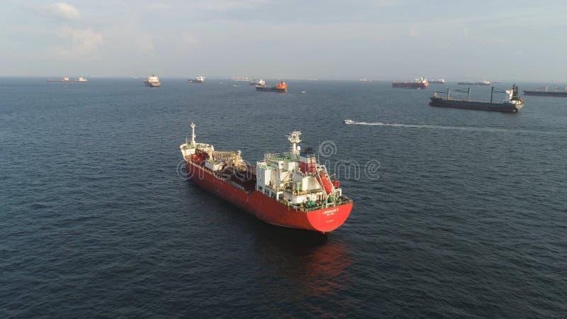 Viele Frachtschiffe, die in das Meer im sonnigen Wetter auf Hintergrund des blauen Himmels segeln schuß Lastkähne, die in die Was stockfotografie