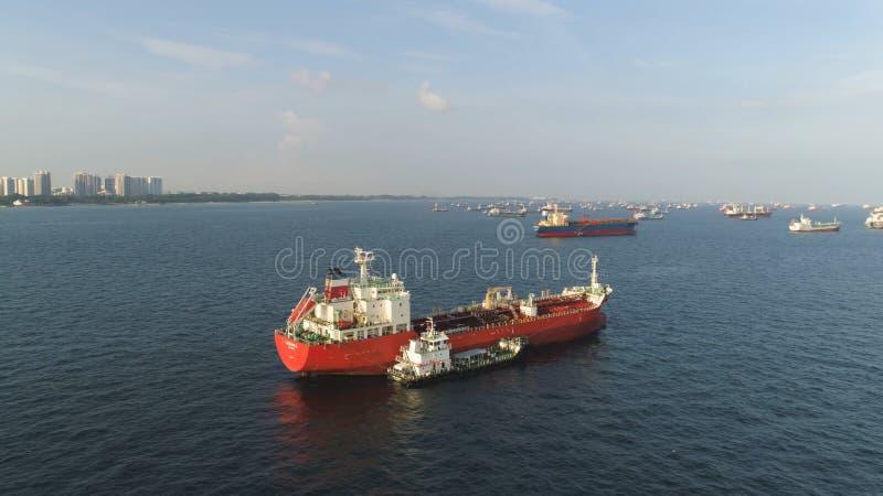 Viele Frachtschiffe, die in das Meer im sonnigen Wetter auf Hintergrund des blauen Himmels segeln schuß Lastkähne, die in die Was lizenzfreie stockfotos