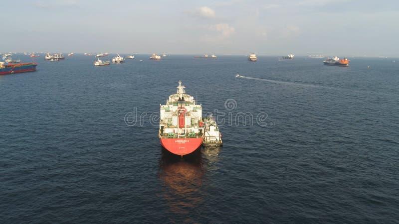 Viele Frachtschiffe, die in das Meer im sonnigen Wetter auf Hintergrund des blauen Himmels segeln schuß Lastkähne, die in die Was lizenzfreie stockbilder