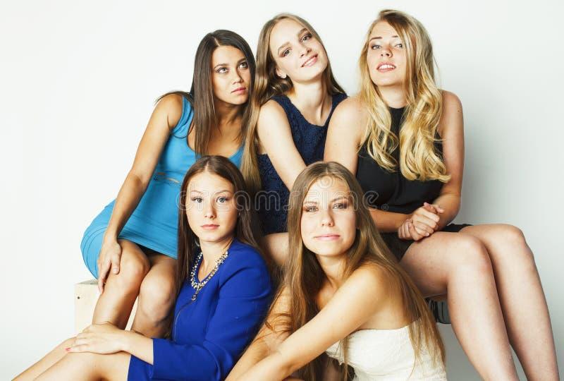 Viele Freundinnen, die oben Feier auf wei?em Hintergrund, l?chelnder Unterhaltungschatabschlu?, Lebensstilleutekonzept umarmen lizenzfreie stockbilder