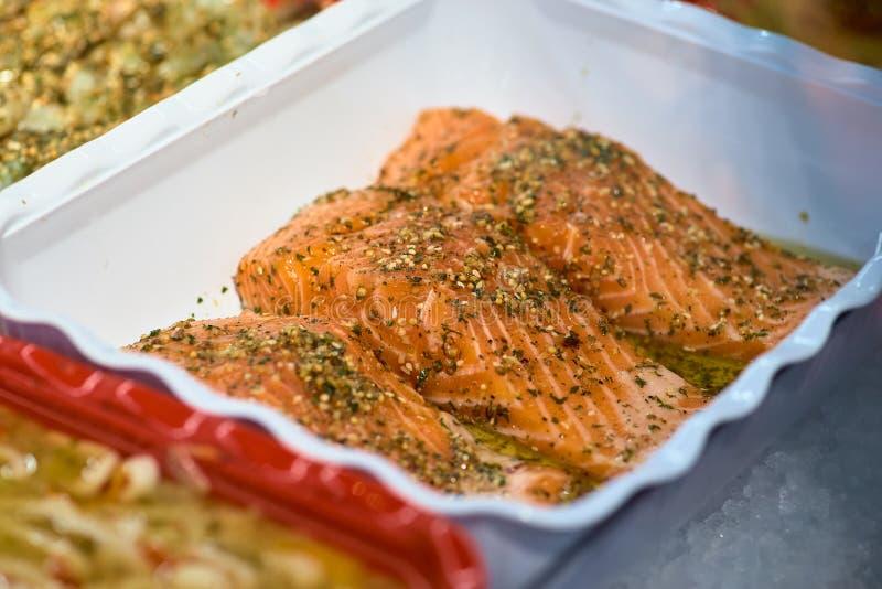 Viele frische rohe Lachssteaks auf Eis im Supermarkt Frische rohe Lachse auf Eis Rohe Lachse der gro?en St?cke Fische auf Eis Lac lizenzfreie stockfotos
