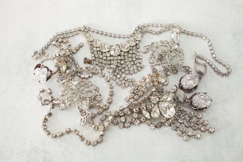 Viele funkelnder gefälschter Diamantschmuck das Konzept des Luxuslebens, des Reichtums, des Zaubers, der Mode und der Hochzeiten lizenzfreie stockfotos