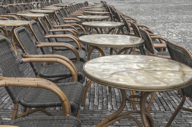 Viele geflochtenen Stühle auf der Straße lizenzfreie stockfotografie