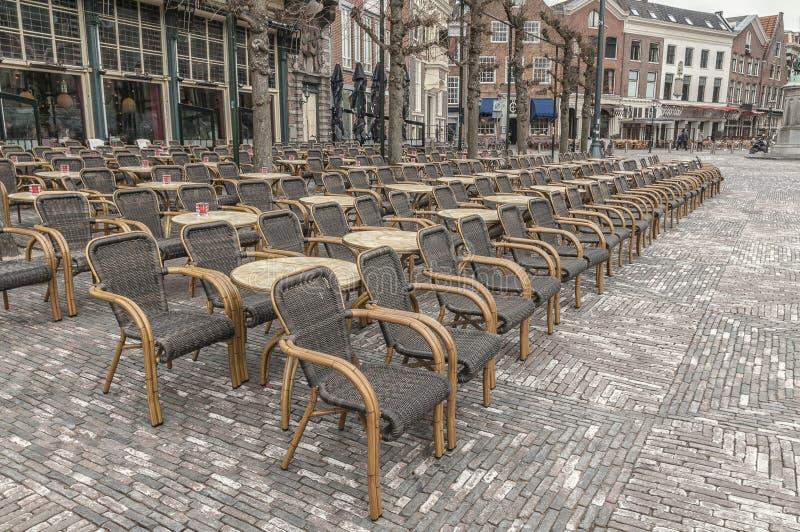 Viele geflochtenen Stühle setzten Außenseite an der Stadt von Haarlem die Niederlande lizenzfreies stockbild