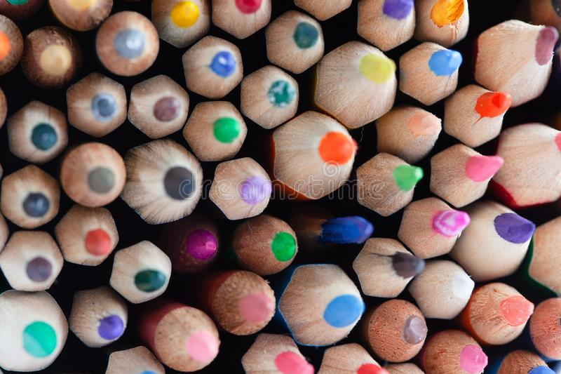 Viele geschärften farbigen Bleistifte lizenzfreies stockfoto