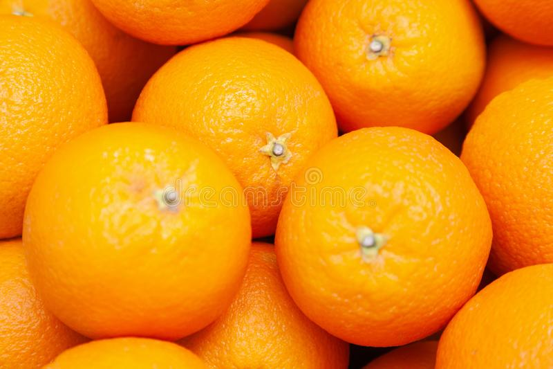 Viele geschmackvollen reifen orange Mandarinen werden auf Zähler am Landwirtmarkt angehäuft Fruchtkonzept des neuen Jahres, frisc stockfoto