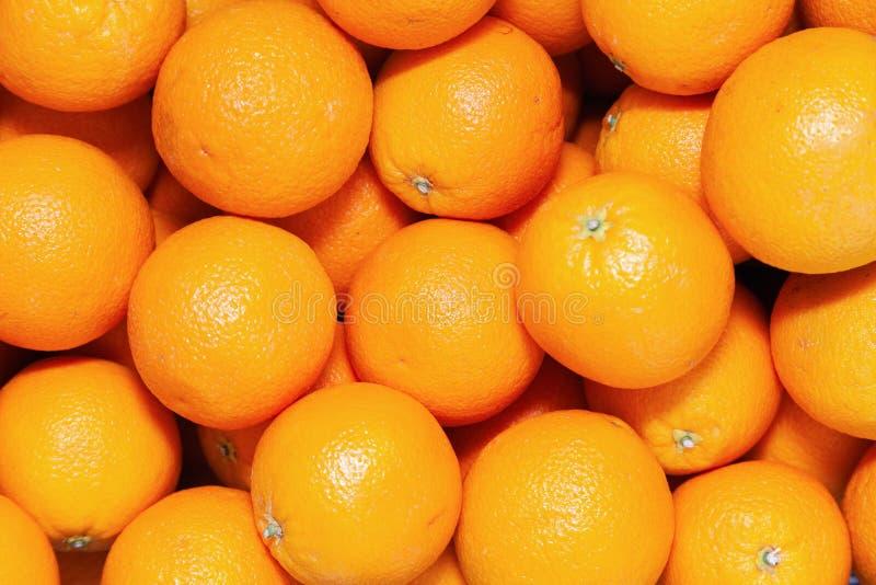 Viele geschmackvollen reifen orange Mandarinen werden auf Zähler am Landwirtmarkt angehäuft Fruchtkonzept des neuen Jahres, frisc lizenzfreie stockfotografie