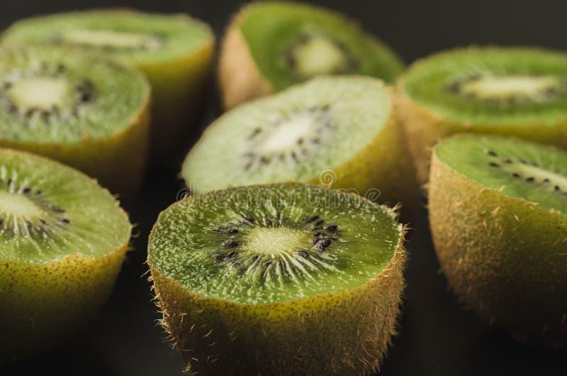 Viele geschnittenen frischen Kiwis auf einem h?lzernen Hintergrund/vielen geschnittenen frischen Kiwis auf einem h?lzernen Hinter stockfotografie