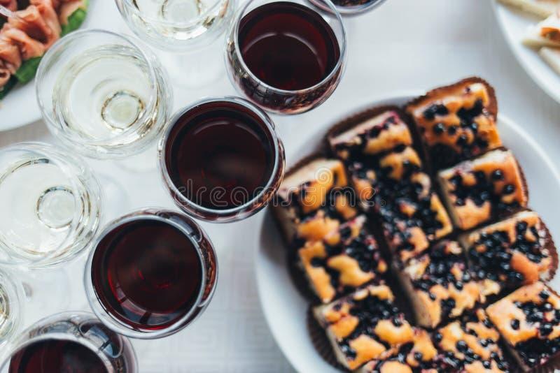Viele Gläser unterschiedlicher Wein in Folge auf Barzähler stockfotografie