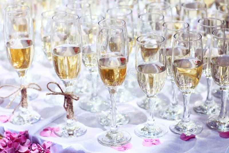 Viele Gläser Wein auf Tabellen- oder Champagnerhochzeitsereignis lizenzfreie stockfotos