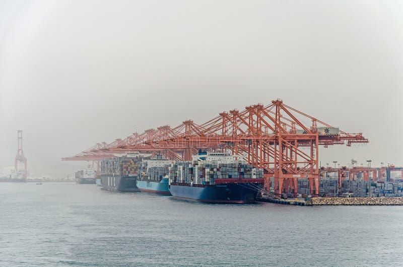 Viele großen Containerschiffe laden Fracht im Großen Hafen von Salalah stockfotografie