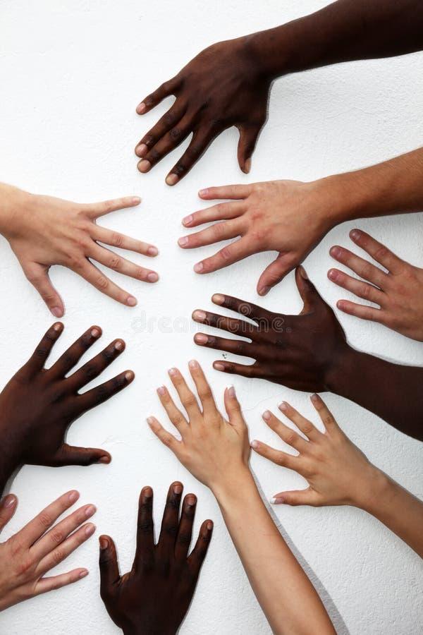 Viele Hände der Personen der verschiedenen Nationalitäten stockbild