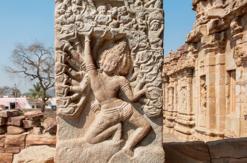 Viele Hände des Inders Lord Brahma die Welt auf Steinentlastung von Tempeln des 7. Jahrhunderts in Pattadakal, Indien herstellend lizenzfreie stockfotos