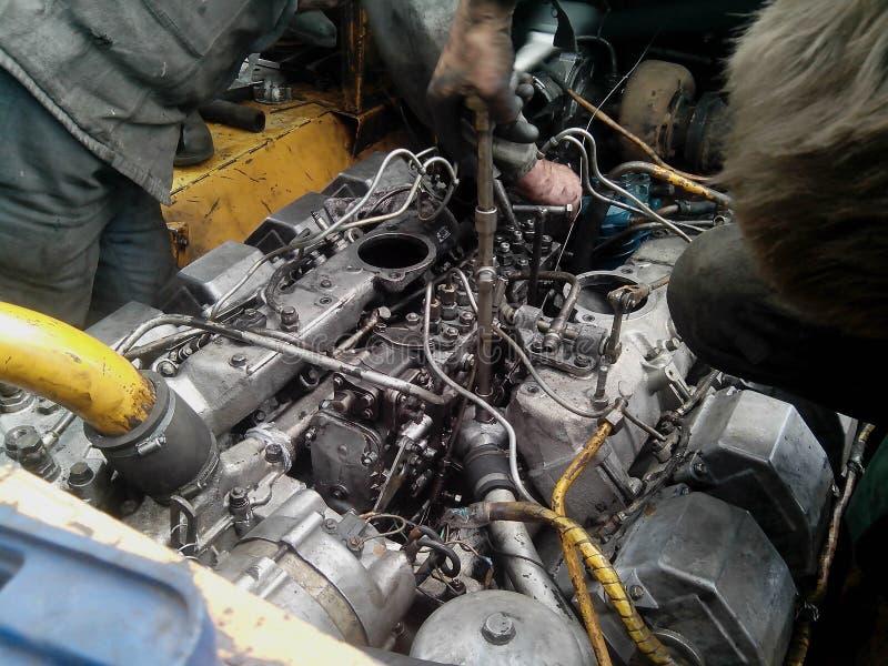 Viele Hände reparieren Maschinenmaschinerie, Autoreparaturkonzept lizenzfreie stockbilder
