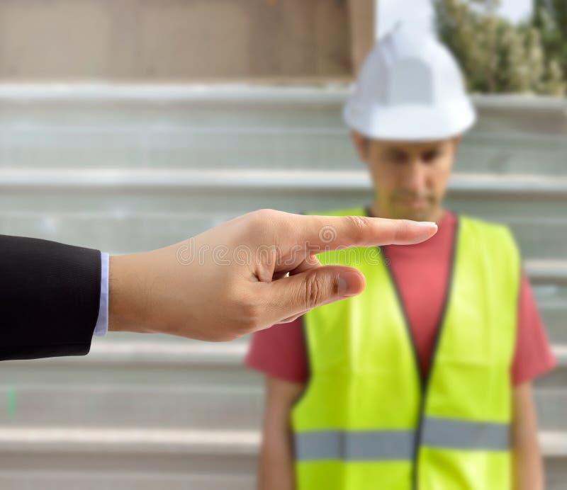 Viele Hände, welche die Einschüchterung eines Arbeiters zeigen, der MO erleidet stockfotografie
