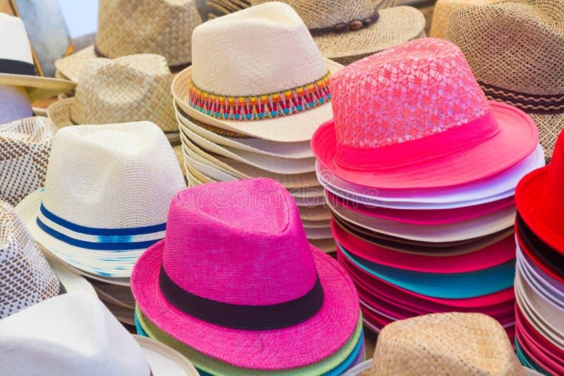 Viele Hüte aller Farben für Sommer stockfoto