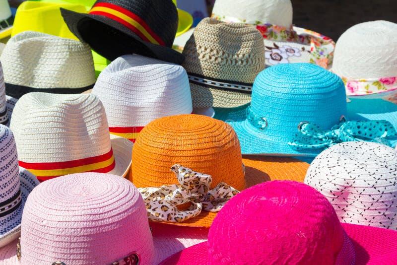 Viele Hüte aller Farben für Sommer stockfotos