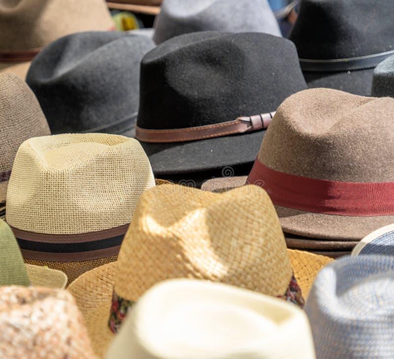 Viele Hüte für Männer in den verschiedenen Formen und in den Farben in einer Anzeige für Verkauf lizenzfreie stockbilder