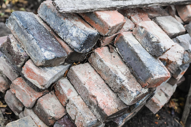 Viele Haufen des alten schädigenden Ziegelsteines lizenzfreies stockbild