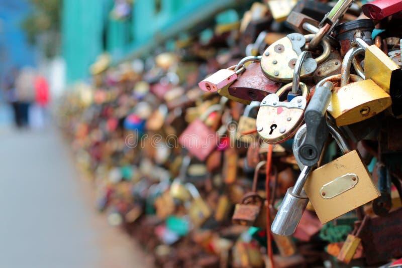 Viele Heiratsverschlüsse auf der Brücke in Prag Schöner Hochzeitshintergrund Hintergrund für Heiratsfotobücher lizenzfreies stockbild