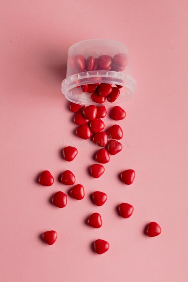 Viele Herzen zerstreut auf die rosa Tabelle stockfotos