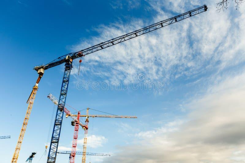 Viele hohen Turmkrane arbeiten an Bau von neuen Häusern lizenzfreies stockbild