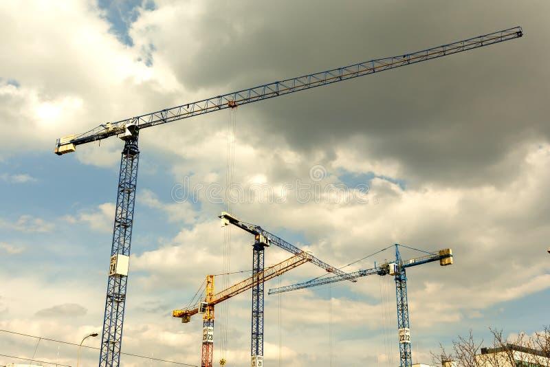 Viele hohen Turmkrane arbeiten an dem Bau von neuen Häusern stockbilder