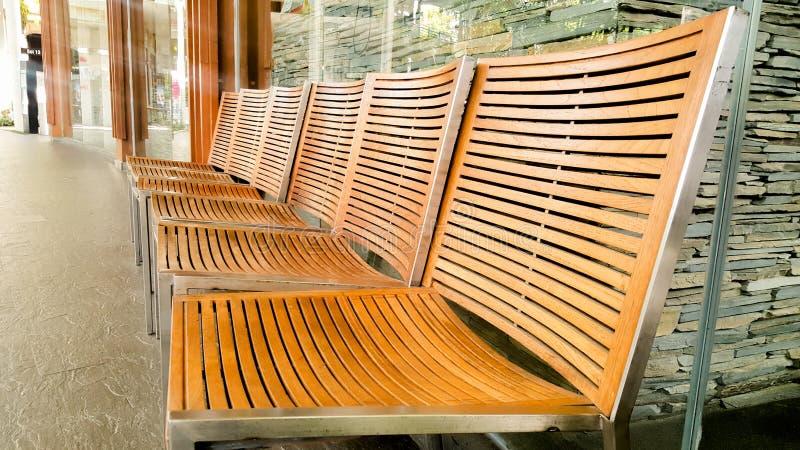 Viele Holzstühle sind schön lizenzfreie stockbilder