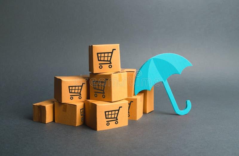 Viele Kästen mit einem Muster von Einkaufswagen und von Regenschirm Versicherungskäufe Lieferung der Garantie auf gekauften Produ stockfotografie