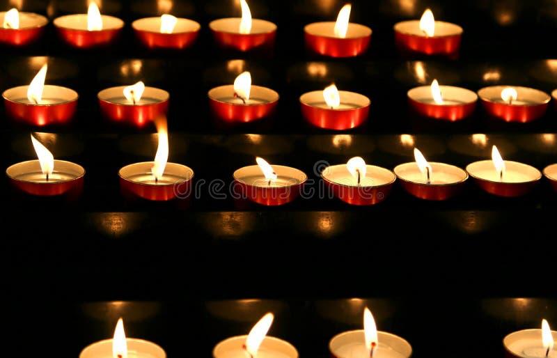viele Kerzen beleuchteten innerhalb des Orts der Verehrung, um zu beten lizenzfreies stockfoto