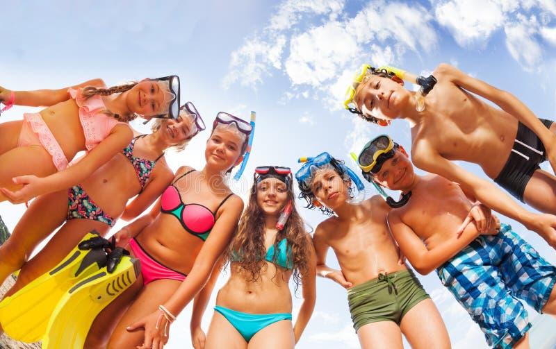 Viele Kinder in den Badeanzügen und Maske, die von oben schaut lizenzfreies stockbild