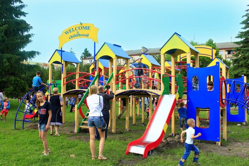 Viele Kinder, die auf dem Spielplatz spielen lizenzfreie stockbilder
