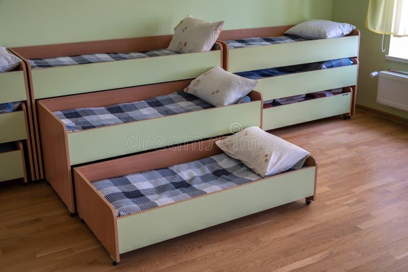 Viele Kleine Betten In Tagesstätte Vorschulen Leeres Schlafzimmer Stockbild   Bild von ...