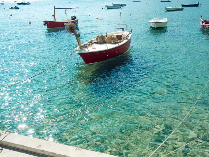 Viele kleinen Fischerboote, sonniger Tag des Sommers, Trinkwasser lizenzfreie stockfotos