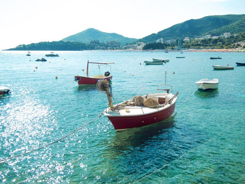 Viele kleinen Fischerboote, sonniger Tag des Sommers, Trinkwasser stockbilder