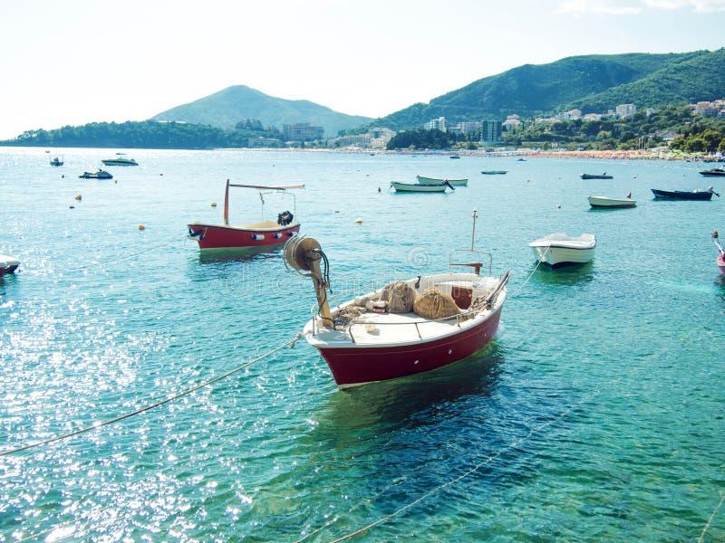 Viele kleinen Fischerboote, sonniger Tag des Sommers, Trinkwasser stockfotos