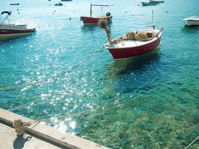 Viele kleinen Fischerboote, sonniger Tag des Sommers, Trinkwasser lizenzfreie stockfotografie