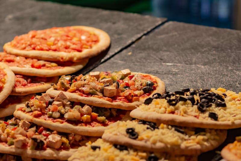 Viele kleinen heißen Pizzas im Verkauf an einem Straßenmarkt lizenzfreies stockbild