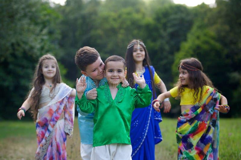 Viele kleinen Kinder, Jungen und Mädchen, kleideten in der Kleidung an lizenzfreie stockfotos