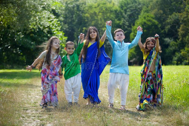 Viele kleinen Kinder, Jungen und Mädchen, kleideten in der Kleidung an stockfotos