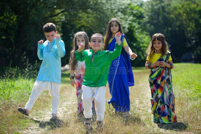 Viele kleinen Kinder, Jungen und Mädchen, kleideten in der Kleidung an lizenzfreie stockbilder